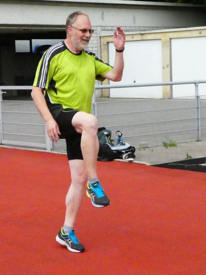 Karl-Hermann zeigt eine Übung