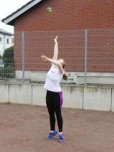 Katharina Hassemer bereitet sich auf das Kugelstoßen vor