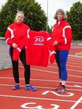 Katharina Hassemer und Hildegard Hassemer zeigen unsere neue Trainingsjacke